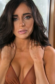 Erotic Chick Naomi Woods Striptease