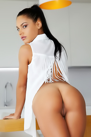 Spanish Sizzler Apolonia Spreads Her Horny Pussy