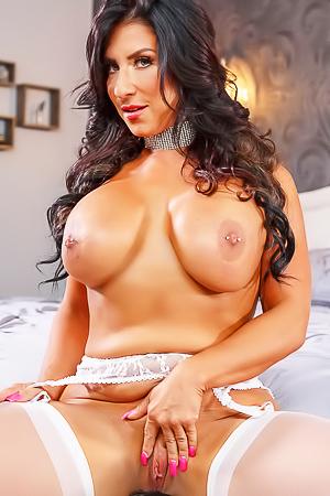 Stunning Busty Milf Raven Hart