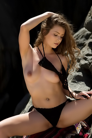 Sexy Lauren Lee Posingnude In Paradise